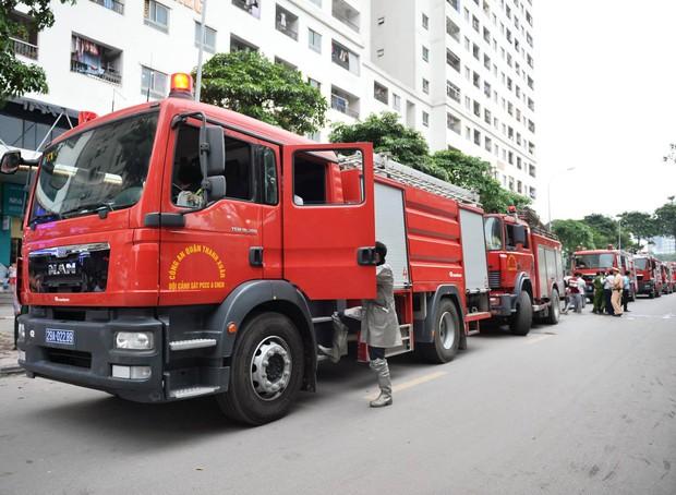 Hà Nội: Cháy tại tầng 32 chung cư HH Linh Đàm, khói đen bốc nghi ngút khiến nhiều người hoảng sợ - Ảnh 3.