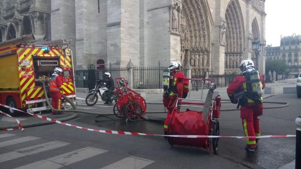 Đám cháy dữ dội bao phủ Nhà thờ Đức Bà Paris, đỉnh tháp 850 năm tuổi sụp đổ - Ảnh 14.