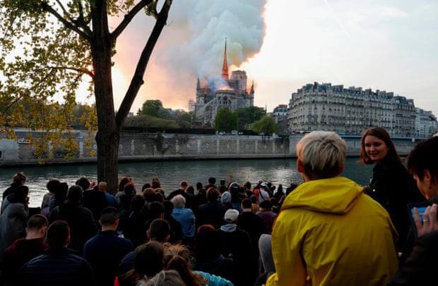 Người dân đau đớn nhìn ngọn lửa dữ dội trước mắt: Paris mà không có Nhà thờ Đức Bà thì không còn là Paris nữa - Ảnh 1.