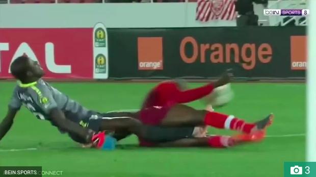 Sốc: Trọng tài bật khóc sau khi chứng kiến thủ môn gãy chân rùng rợn - Ảnh 2.