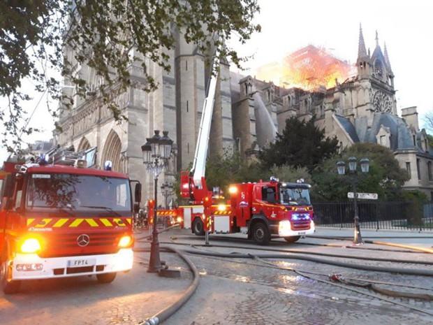 Đám cháy dữ dội bao phủ Nhà thờ Đức Bà Paris, đỉnh tháp 850 năm tuổi sụp đổ - Ảnh 13.
