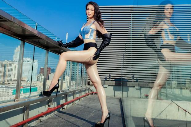 Hoa hậu Phương Khánh mặc bikini khoe body nóng bỏng, chân dài thẳng tắp trên nóc toà nhà cao tầng - Ảnh 2.