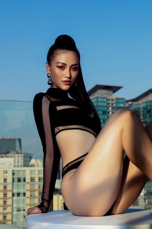 Hoa hậu Phương Khánh mặc bikini khoe body nóng bỏng, chân dài thẳng tắp trên nóc toà nhà cao tầng - Ảnh 12.
