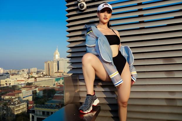 Hoa hậu Phương Khánh mặc bikini khoe body nóng bỏng, chân dài thẳng tắp trên nóc toà nhà cao tầng - Ảnh 18.
