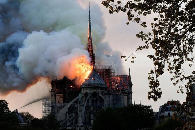 Đây là lý do thực sự khiến ngọn lửa tại Nhà thờ Đức Bà Paris trở nên kinh khủng đến mức mất kiểm soát - Ảnh 1.