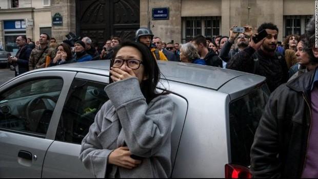 Người dân đau đớn nhìn ngọn lửa dữ dội trước mắt: Paris mà không có Nhà thờ Đức Bà thì không còn là Paris nữa - Ảnh 12.