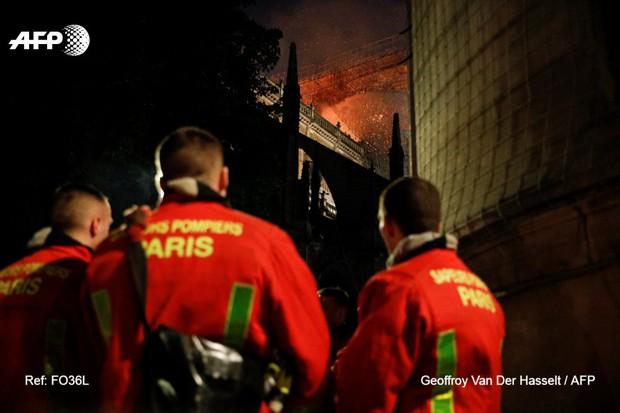 Đám cháy dữ dội bao phủ Nhà thờ Đức Bà Paris, đỉnh tháp 850 năm tuổi sụp đổ - Ảnh 24.