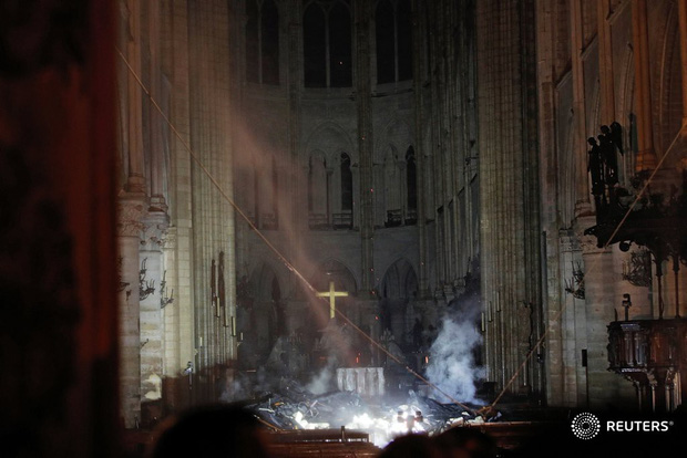 Đám cháy dữ dội bao phủ Nhà thờ Đức Bà Paris, đỉnh tháp 850 năm tuổi sụp đổ - Ảnh 22.