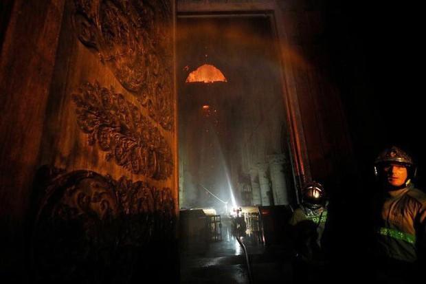 Lính cứu hoả Paris - Những người hùng thức trắng đêm, không màng nguy hiểm để cứu lấy Nhà thờ Đức Bà trong biển lửa - Ảnh 7.