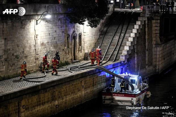 Lính cứu hoả Paris - Những người hùng thức trắng đêm, không màng nguy hiểm để cứu lấy Nhà thờ Đức Bà trong biển lửa - Ảnh 6.