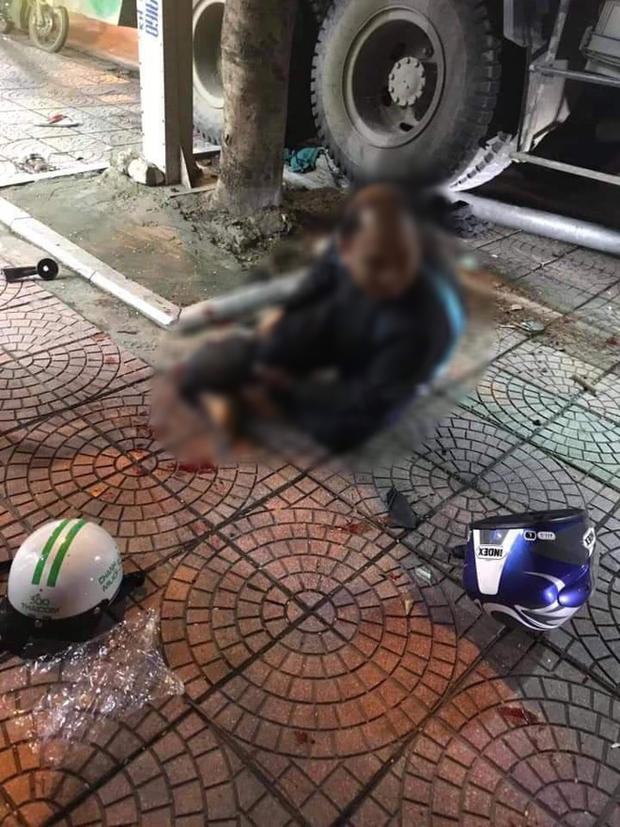 Hà Nội: Xe chở rác tông liên hoàn các phương tiện đang dừng đèn đỏ, 2 người trọng thương - Ảnh 1.