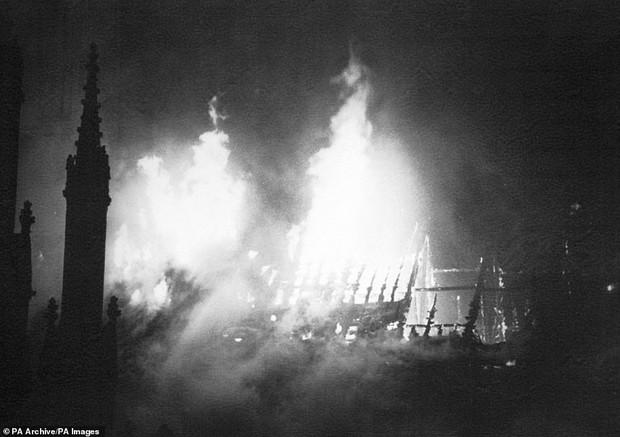 4 công trình lịch sử tại châu Âu từng bị quỷ lửa tấn công như Nhà thờ Đức Bà Paris - Ảnh 6.