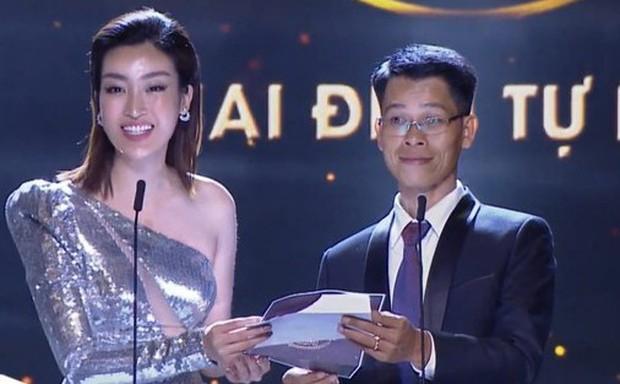 Clip: Hoa hậu Đỗ Mỹ Linh nhầm lẫn tai hại, dõng dạc gọi Hà Anh Tuấn là nữ ca sĩ trên sóng trực tiếp - Ảnh 1.