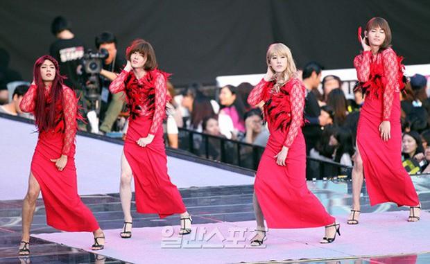 Nhìn đồng đội tiễn thành viên girlgroup nhà SM nhập ngũ, fan lại nhớ đến màn trình diễn thần thánh năm nào - Ảnh 3.