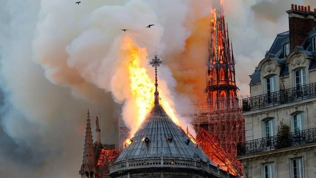 Tình yêu câm nín đến thống khổ của Thằng Gù và nàng Esmeralda đã bốc cháy và sụp đổ cùng đỉnh tháp 850 năm tuổi ở Nhà thờ Đức Bà Paris - Ảnh 1.