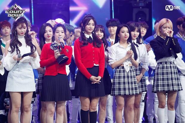 Chỉ với album tiếng Hàn, BTS lập chiến công mới, TWICE phá kỉ lục 9 năm của SNSD trên đất Nhật - Ảnh 2.