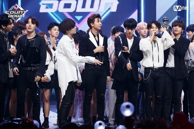 Chỉ với album tiếng Hàn, BTS lập chiến công mới, TWICE phá kỉ lục 9 năm của SNSD trên đất Nhật - Ảnh 1.