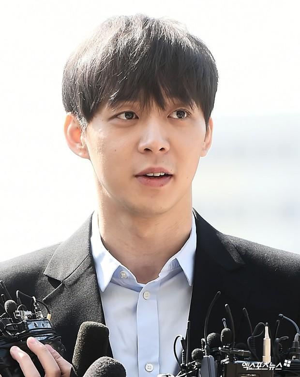 Yoochun chính thức trình diện cảnh sát trước cáo buộc sử dụng ma túy: Gây sốc vì quá tươi tỉnh, liên tục cười mỉm - Ảnh 8.