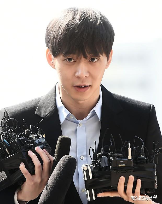 Yoochun chính thức trình diện cảnh sát trước cáo buộc sử dụng ma túy: Gây sốc vì quá tươi tỉnh, liên tục cười mỉm - Ảnh 6.
