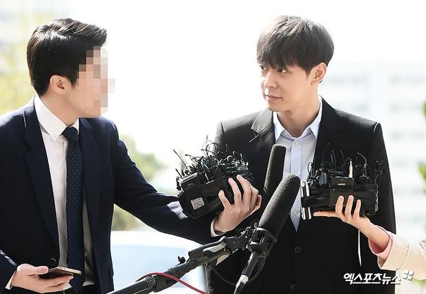 Yoochun chính thức trình diện cảnh sát trước cáo buộc sử dụng ma túy: Gây sốc vì quá tươi tỉnh, liên tục cười mỉm - Ảnh 10.