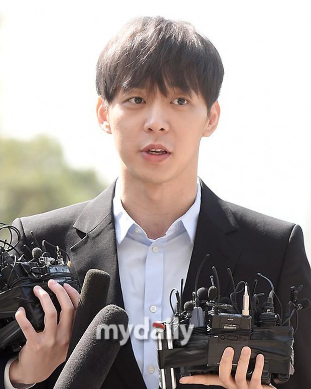 Yoochun chính thức trình diện cảnh sát trước cáo buộc sử dụng ma túy: Gây sốc vì quá tươi tỉnh, liên tục cười mỉm - Ảnh 13.