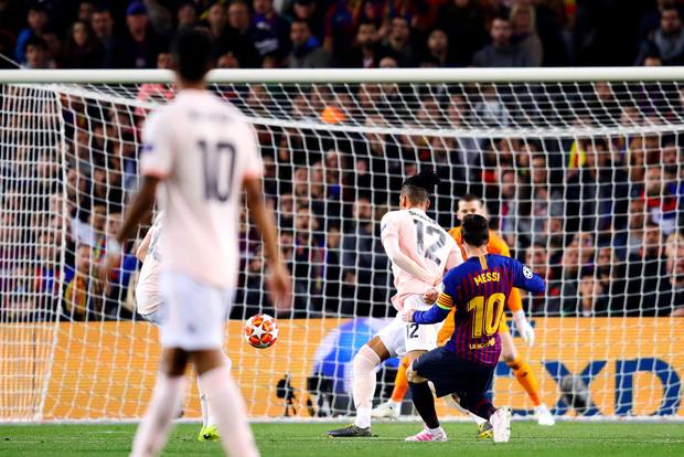 Barcelona 3-0 Man United (4-0): Messi tỏa sáng rực rỡ với cú đúp, chấm dứt hành trình của Man United tại Champions League - Ảnh 1.