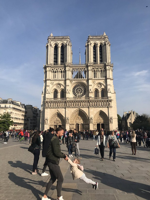 Cư dân mạng tìm kiếm hai cha con chụp ảnh trước Nhà thờ Đức Bà Paris ngay trước vụ hỏa hoạn - Ảnh 2.
