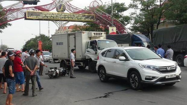 Xe tải tông vào đoàn người đang dừng đèn đỏ, 2 người nguy kịch - Ảnh 1.