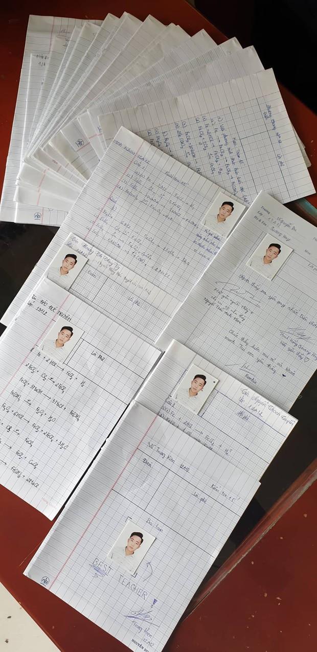 Chấm bài kiểm tra, thầy giáo trẻ hạnh phúc không thốt nên lời khi phát hiện nhiều trò dán ảnh mình vào ô ghi điểm - Ảnh 2.