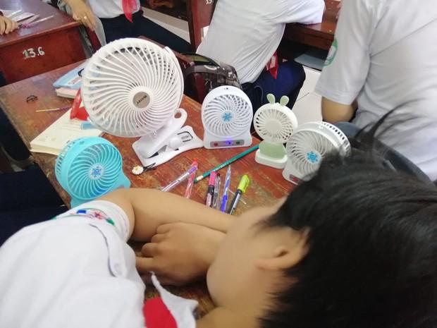 Những chiêu thức tránh nóng bá đạo của học sinh, đầu tư hẳn bộ quạt mini thổi mát hơn cả quạt trần - Ảnh 1.