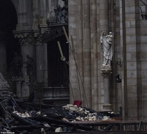 Phát hiện thêm một tuyệt tác của Nhà thờ Đức Bà Paris vẫn gần như còn nguyên vẹn, đứng hiên ngang trước đống tro tàn đổ nát - Ảnh 6.
