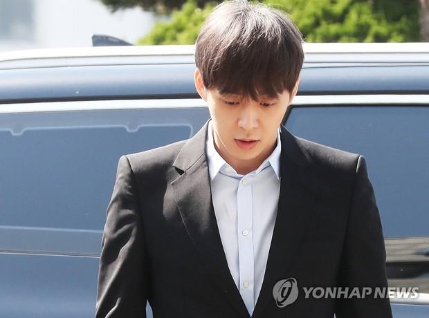 Yoochun chính thức trình diện cảnh sát trước cáo buộc sử dụng ma túy: Gây sốc vì quá tươi tỉnh, liên tục cười mỉm - Ảnh 4.