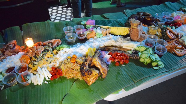 Ăn tiệc kiểu người Philippines: không muỗng, không đũa, không cả bát đĩa, thức ăn được bày trên lá chuối - Ảnh 2.