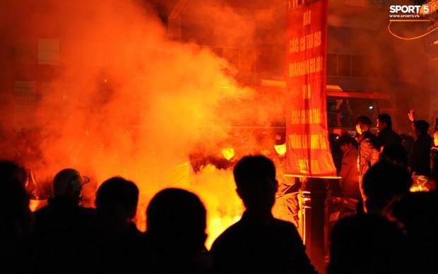 VFF lần đầu phạt CLB Hải Phòng vì lỗi đốt pháo sáng bên ngoài sân Lạch Tray - Ảnh 1.