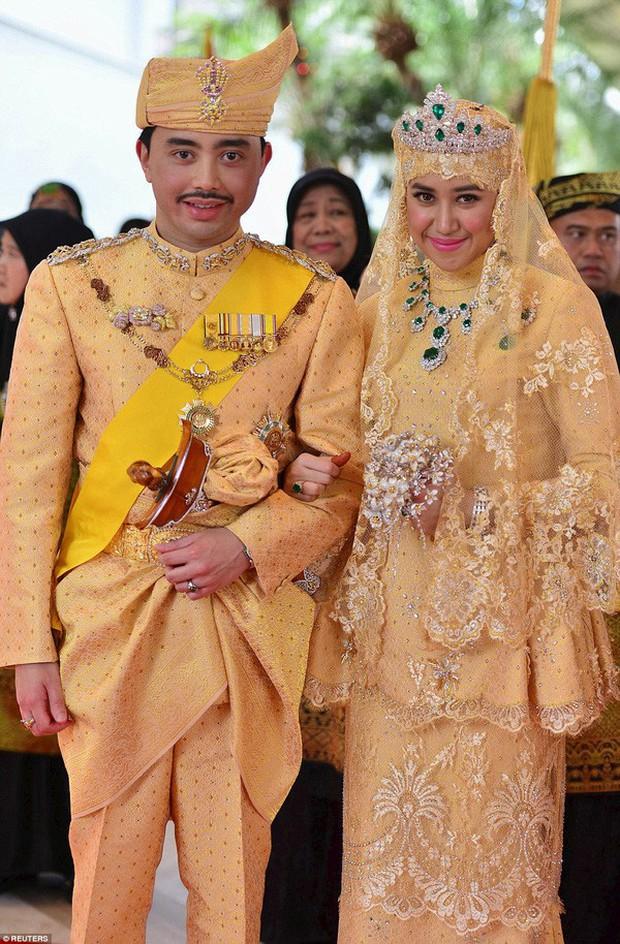 Nàng dâu hoàng gia Brunei từng gây choáng trong đám cưới phủ vàng và kim cương xa xỉ bậc nhất giờ ra sao? - Ảnh 1.