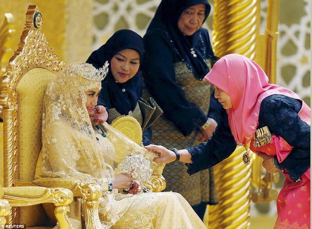 Nàng dâu hoàng gia Brunei từng gây choáng trong đám cưới phủ vàng và kim cương xa xỉ bậc nhất giờ ra sao? - Ảnh 2.