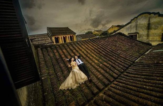 Chụp ảnh cưới phản cảm trên mái nhà cổ Hội An - Ảnh 2.