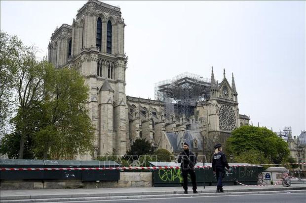 Dựng tạm một gian thánh đường ở sân trước Nhà thờ Đức Bà Paris vừa bị cháy - Ảnh 1.