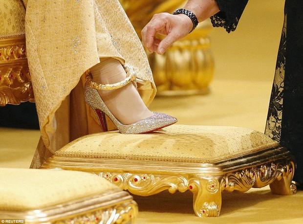 Nàng dâu hoàng gia Brunei từng gây choáng trong đám cưới phủ vàng và kim cương xa xỉ bậc nhất giờ ra sao? - Ảnh 3.