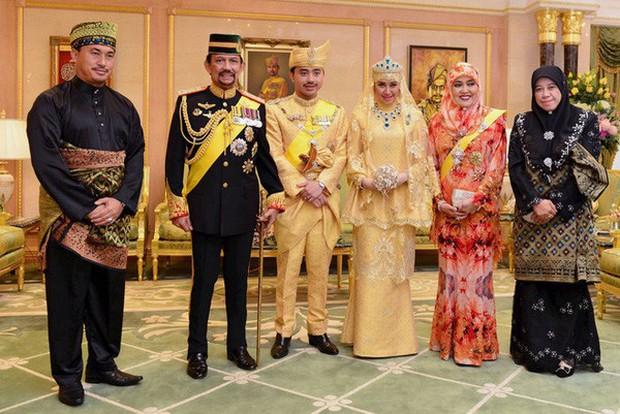 Nàng dâu hoàng gia Brunei từng gây choáng trong đám cưới phủ vàng và kim cương xa xỉ bậc nhất giờ ra sao? - Ảnh 4.