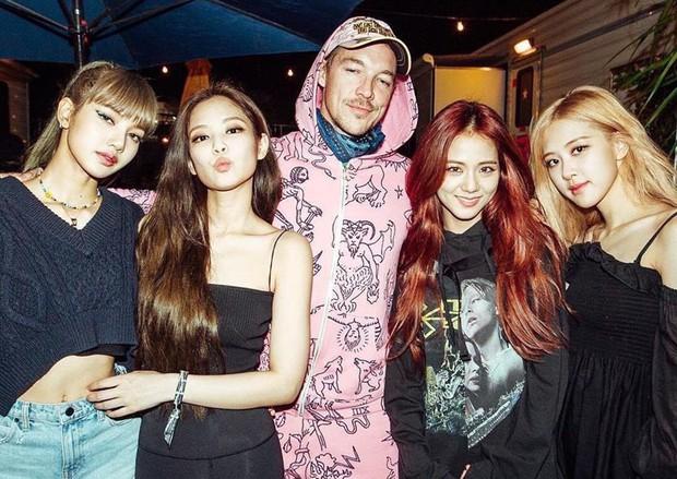 Soi trình tiếng Anh của 2 nhóm nhạc toàn cầu BTS và Black Pink: Bất ngờ với lỗ hổng đáng quan ngại của đại diện YG - Ảnh 1.