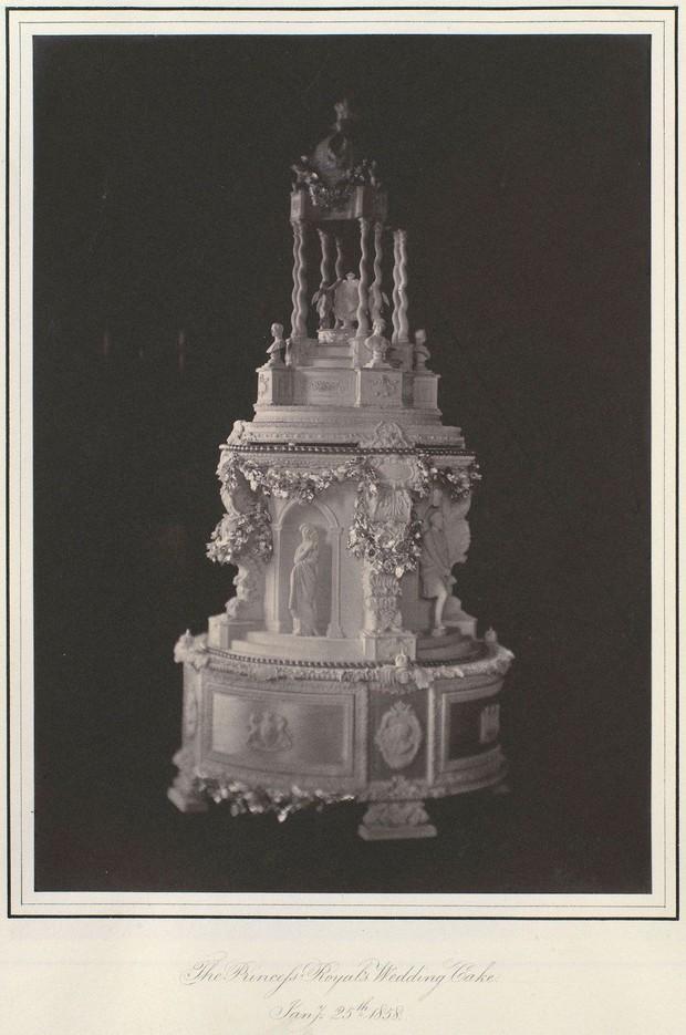 Xa hoa bánh cưới hoàng gia Anh qua từng thời kì, có chiếc lấy cảm hứng từ nhà thờ Notre-Dame - Ảnh 2.