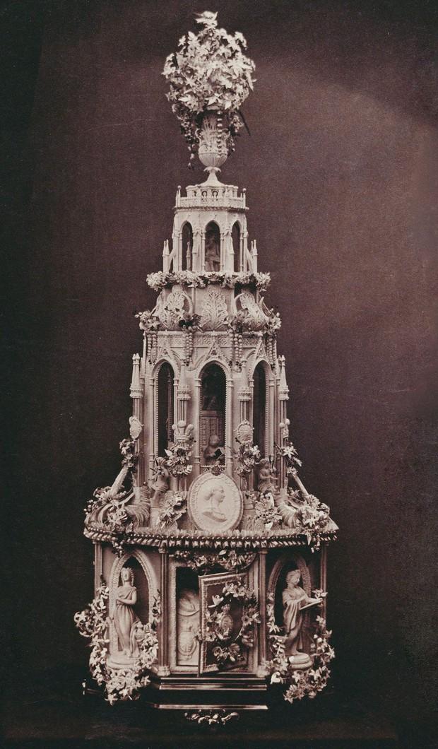 Xa hoa bánh cưới hoàng gia Anh qua từng thời kì, có chiếc lấy cảm hứng từ nhà thờ Notre-Dame - Ảnh 3.