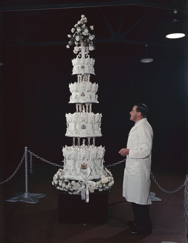 Xa hoa bánh cưới hoàng gia Anh qua từng thời kì, có chiếc lấy cảm hứng từ nhà thờ Notre-Dame - Ảnh 4.