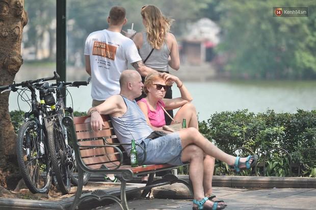 Hà Nội: Người dân, du khách nhăn mặt nhíu mày với nắng nóng 41 độ C giữa trưa hè - Ảnh 7.