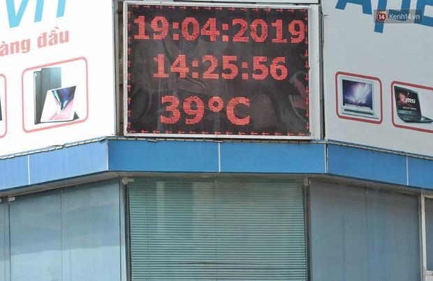 Hà Nội: Người dân, du khách nhăn mặt nhíu mày với nắng nóng 41 độ C giữa trưa hè - Ảnh 2.