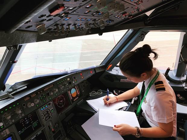 Hoa khôi Diệu Thuý: 23 tuổi rời showbiz vào nhà máy, 26 tuổi dốc cạn tiền tiết kiệm mạo hiểm học làm phi công - Ảnh 10.