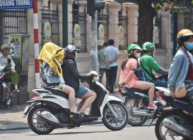 Hà Nội: Người dân, du khách nhăn mặt nhíu mày với nắng nóng 41 độ C giữa trưa hè - Ảnh 5.