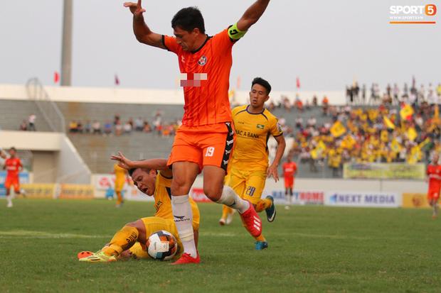 Đức Chinh chấn thương, Đà Nẵng thất bại ngay trên sân nhà trong ngày thầy Park dự khán - Ảnh 1.