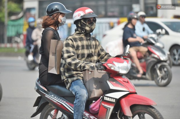 Hà Nội: Người dân, du khách nhăn mặt nhíu mày với nắng nóng 41 độ C giữa trưa hè - Ảnh 9.